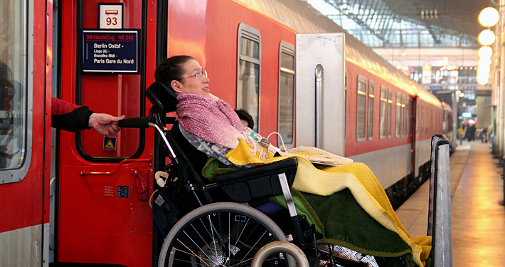 Rollstuhlfahrerin beim Ausstieg aus dem Zug am Bahnhof Paris Gare du Nord.