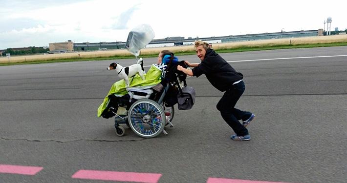 Schnelle-Fahrt-mit-Rollstuhl-auf-Tempelhofer-Feld