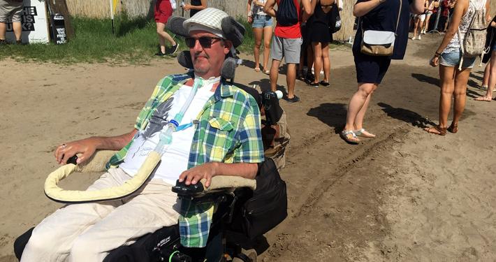 Jan Grabowski mit Rollstuhl am Strand.