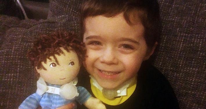 Kleiner Junge, beatmet, mit Puppe